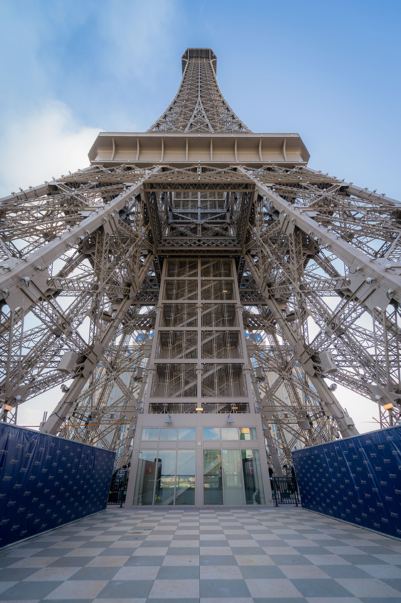 This hotel in china has its own eiffel tower hotelier for Eifel design hotel